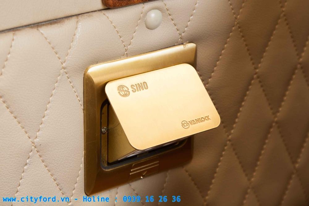 Ổ cắp điện 220V để sạc được cho laptop và nhiều thiết bị khác