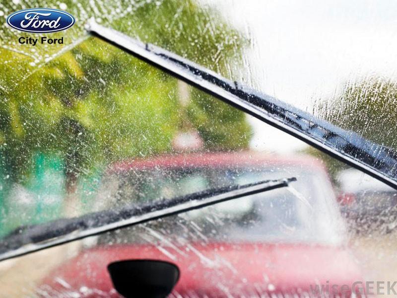 Bạn nên kiểm tra thanh gạt nước mưa trước khi khởi hành