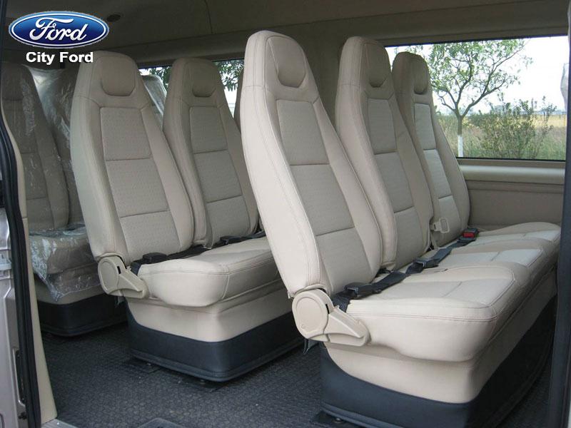 Nội thất xe Ford Transit Luxury 2018 được thiết kế rộng rãi, hiện đại