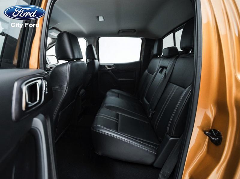Không gian trong xe tuy khá rộng rãi nhưng lưng ghế sau vẫn hơi đứng