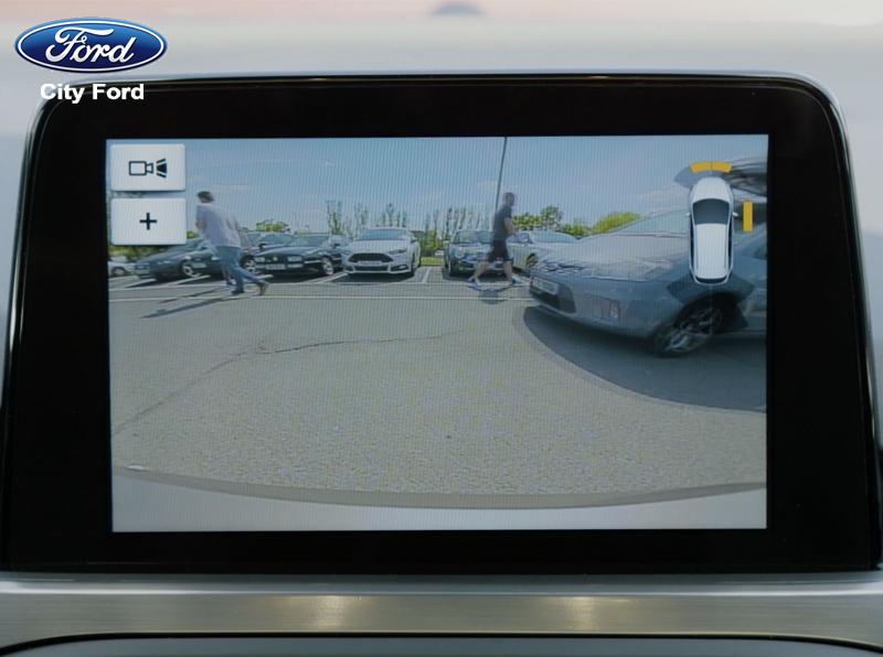 Camera lùi 180 độ của Focus 2019 giúp người lái quan sát và lùi xe dễ dàng hơn