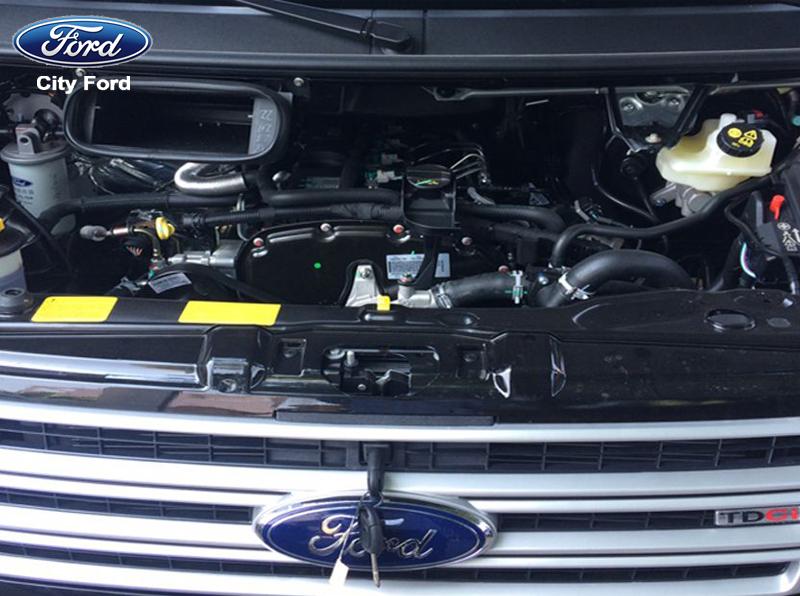 Xe Ford Transit có động cơ mạnh mẽ, dễ dàng di chuyển trên mọi điều kiện đường sá