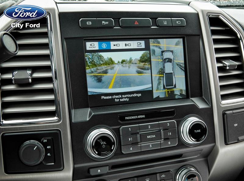 Hình ảnh phía sau được hiển thị trên màn hình cảm ứng của xe