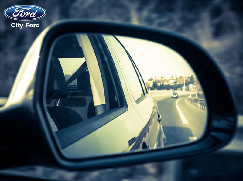 Nên quan sát gương chiếu hậu để đảm bảo an toàn khi mở cửa