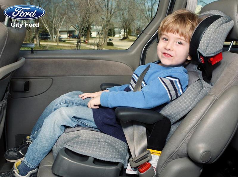 Nên để trẻ dưới 7 tuổi ngồi ở hàng ghế sau với loại ghế nâng thích hợp và an toàn