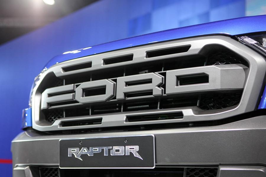 Ford Ranger Raptor với chữ Ford nổi bật hầm hố